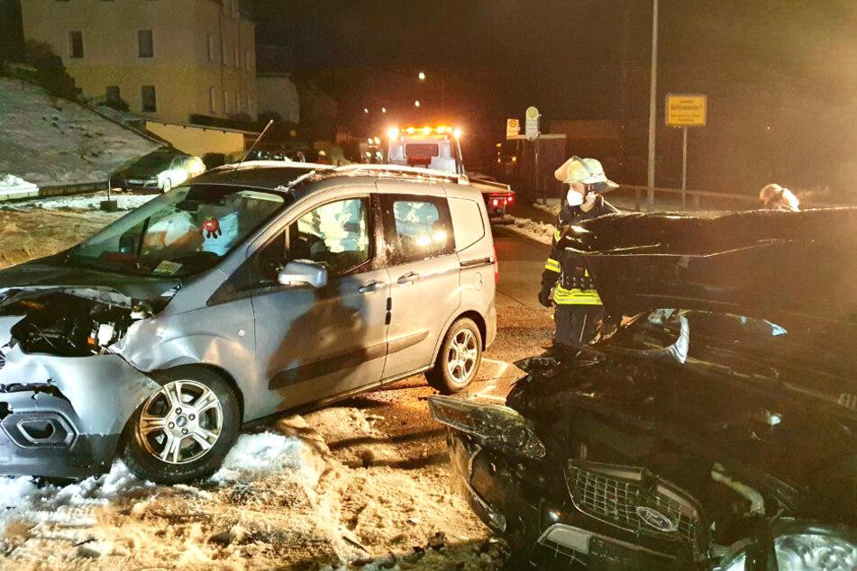 Spiegelglatte Straße: Ford-Fahrer bei Unfall schwer verletzt