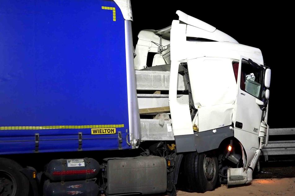 Die Betonteile bohrten sich ins Führerhäuschen. Dennoch blieb der Lkw-Fahrer unverletzt.