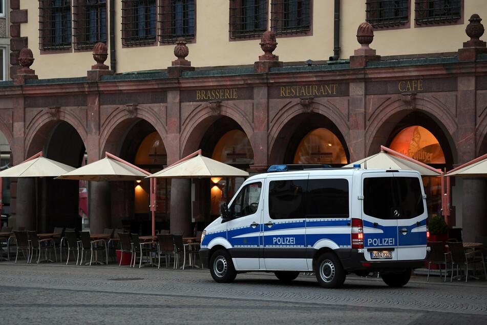 Ein Polizeifahrzeug ist auf dem Leipziger Marktplatz unterwegs.