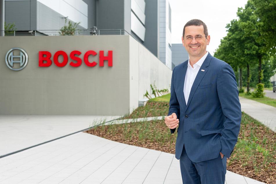 Werksleiter Christian Koitzsch (45) vorm Milliarden-Werk: Auch bei Chiphersteller Bosch fielen die Maschinen aus.