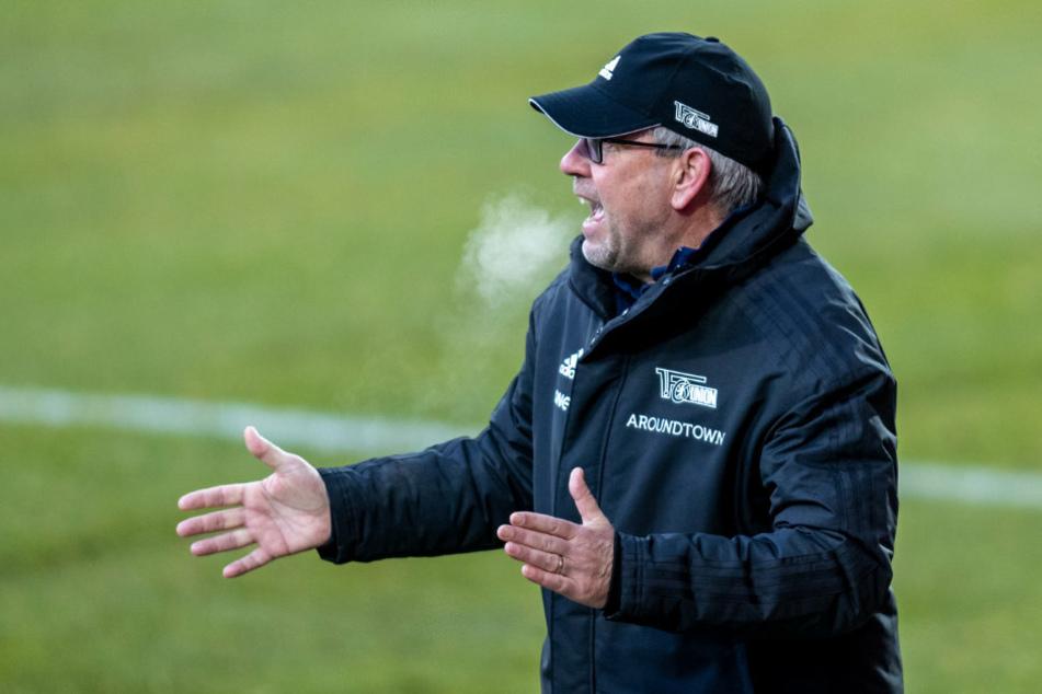 Trainer Urs Fischer (54) von Union Berlin steht klatschend am Spielfeldrand.