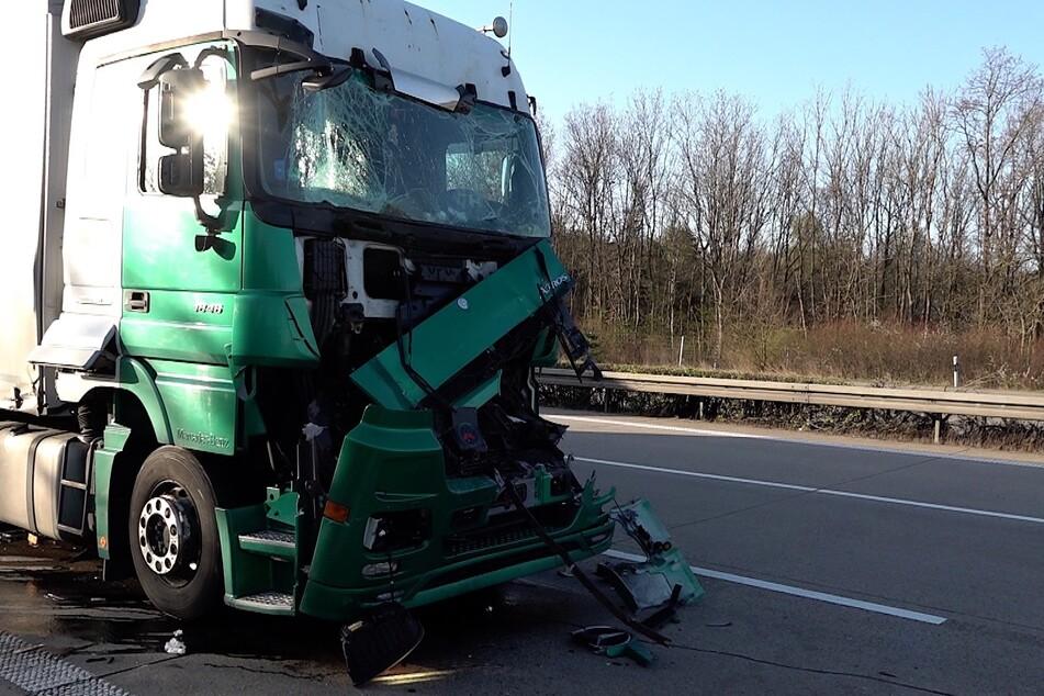 Wie durch ein Wunder blieb der Fahrer dieses Lkw unverletzt - an seinem Fahrzeug entstand Totalschaden.