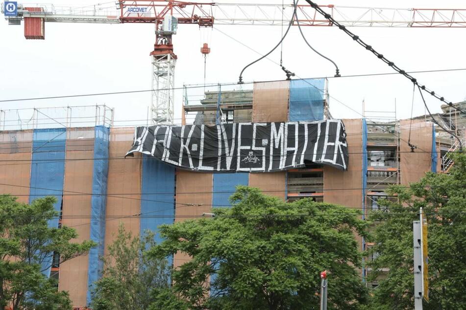 """Vom alten Astoria-Hotel hing ein Transparent mit der Aufschrift """"Black Lives Matter""""."""