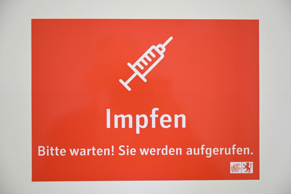 Ein Schild in einem Impfzentrum in Baden-Württemberg. Die Reihenfolge der Corona-Impfungen sorgt bei Politikern für Diskussionen.