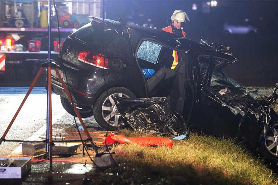 Der VW Golf wurde schwer beschädigt in den Straßengraben geschleudert.