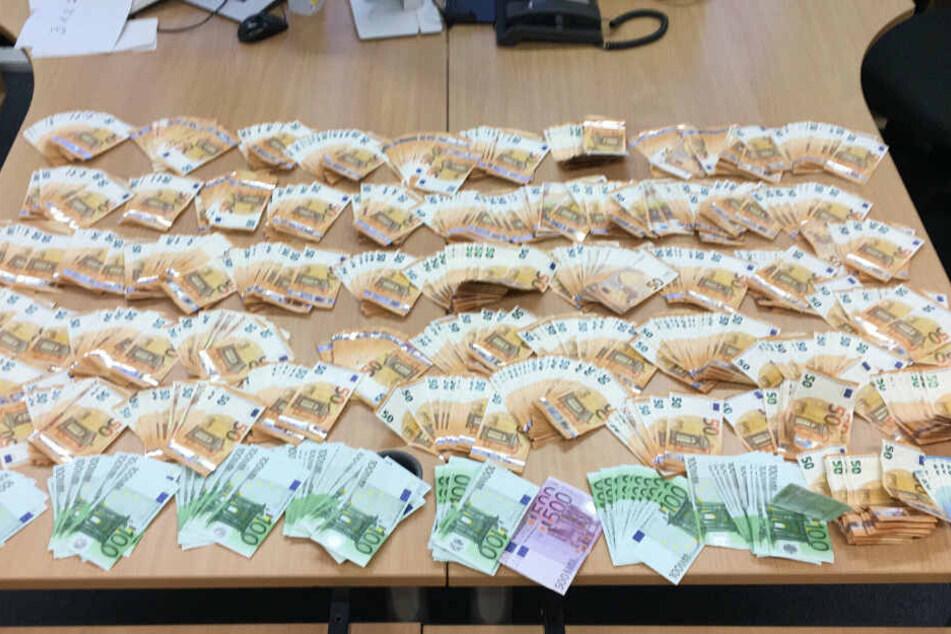 75.000 Euro Bargeld konnten die Beamten der Polizei Düsseldorf beschlagnahmen.