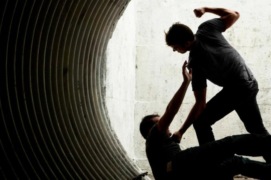 Der 24-Jährige wurde zu Boden gerissen und mit Schlägen traktiert (Symbolbild).