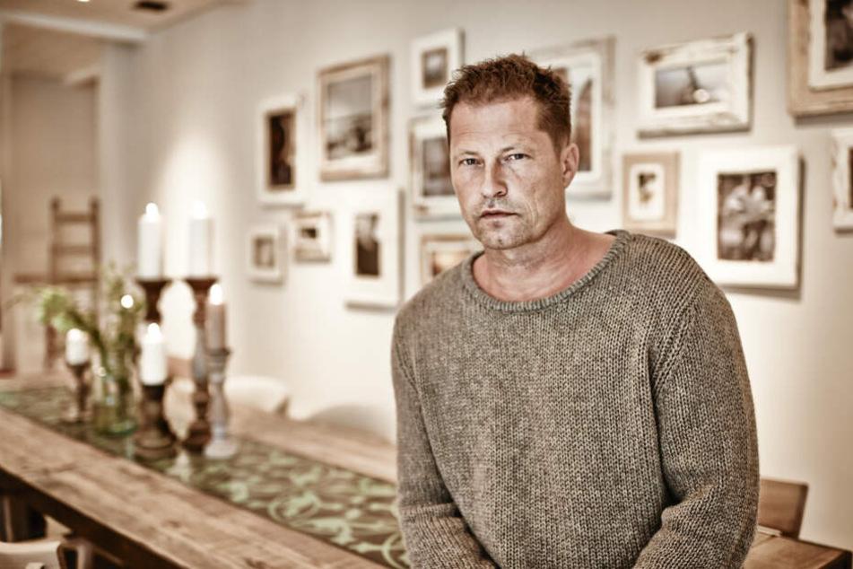 Schauspieler Til Schweiger sitzt im Essensraum des Barefoot Hotels am Timmendorfer Strand.