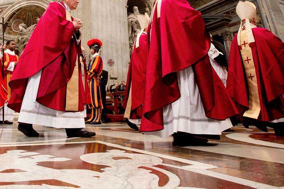 Buch streut grauenhafte Gerüchte! Wurden Jungen im Vatikan zum Oralsex gezwungen?
