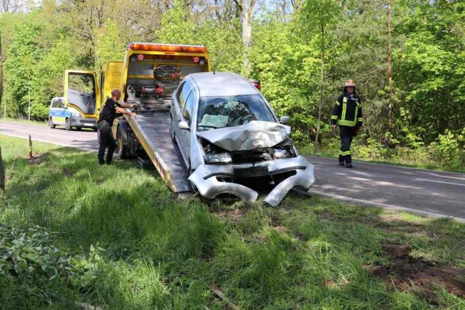 Das völlig demolierte Auto wurde nach dem Unfall abgeschleppt.