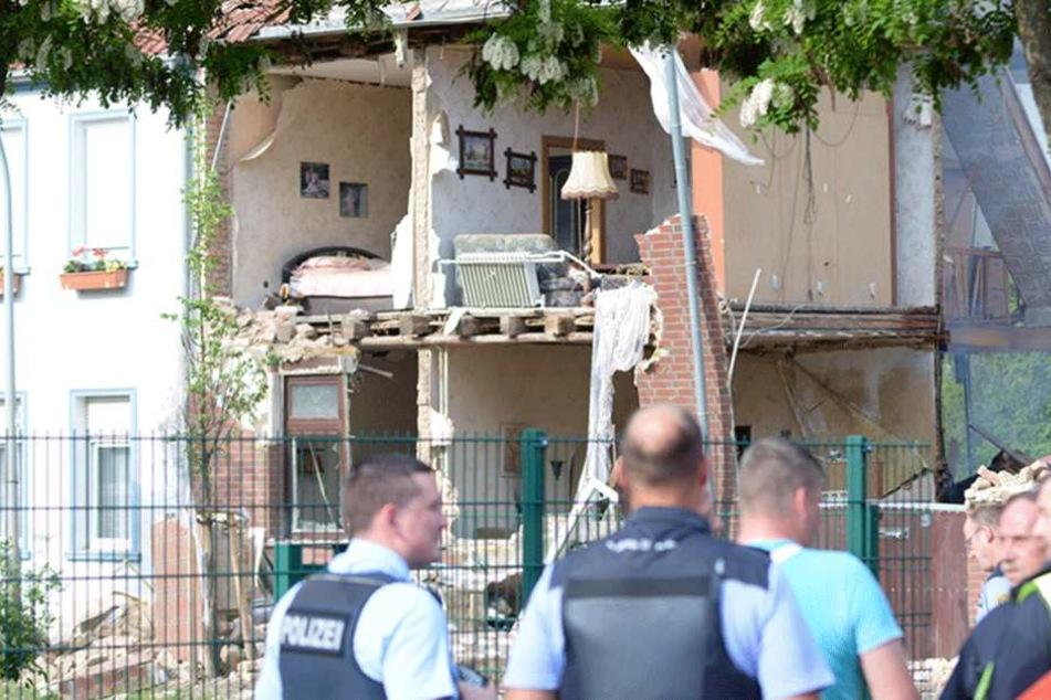 Explosion reißt Außenwände eines Hauses weg
