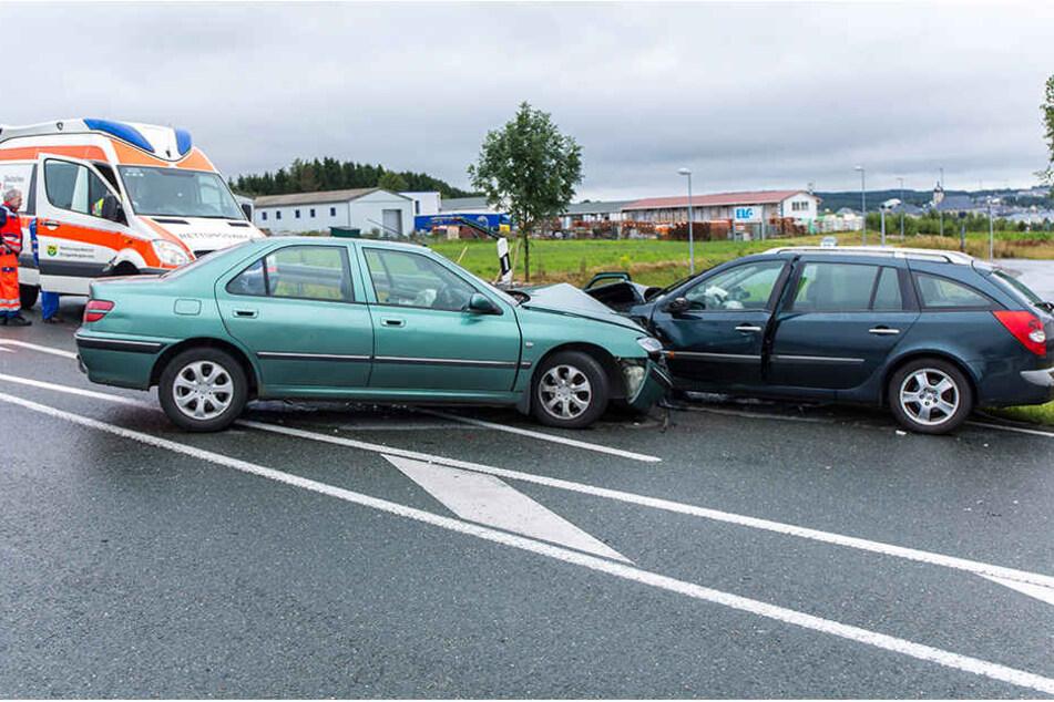 Ein Peugeot kollidierte frontal mit einem Renault.