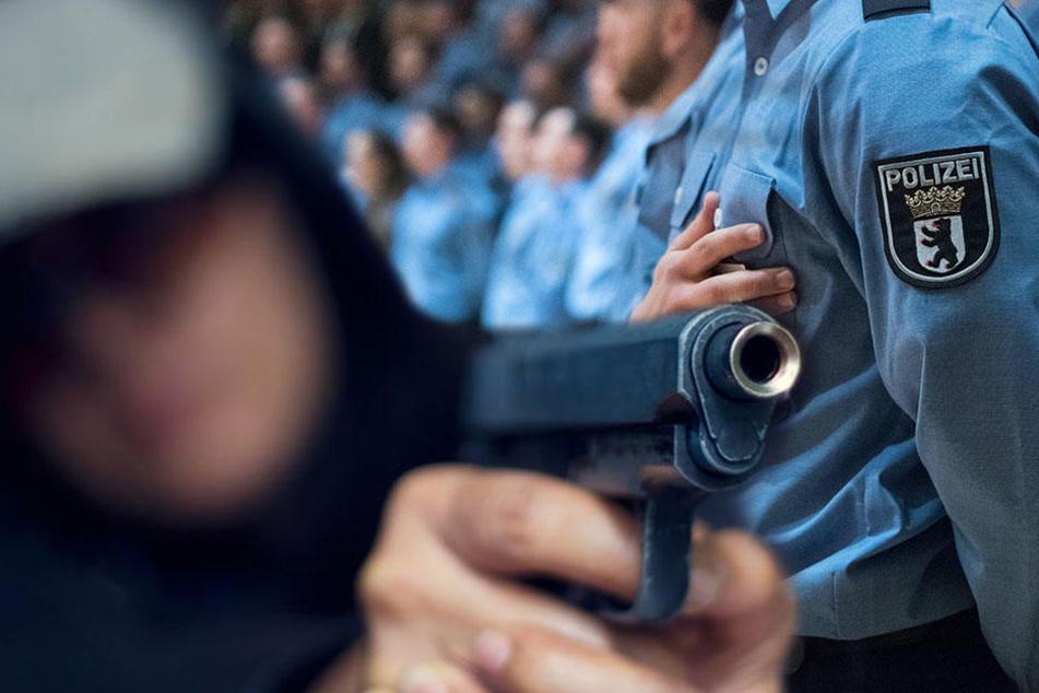 Ein Berliner Polizeischüler bedrohte einen 19-Jährigen mit einer Waffe. (Symbolbild)
