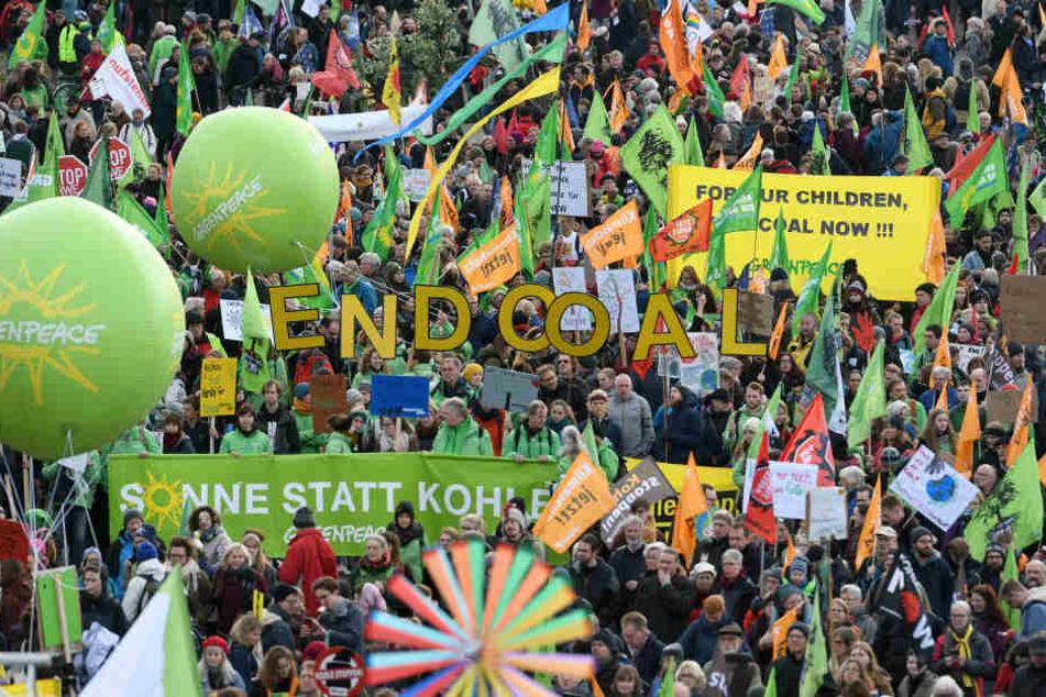 Mehrere tausend Teilnehmer protestieren bei einer Demonstration von Umweltschützern «Kohle Stoppen - Klimaschutz jetzt».