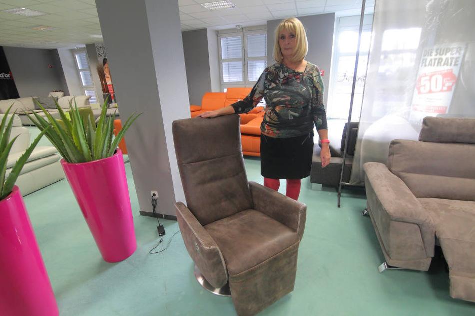 Verkäuferin Christine Kose (57) zeigt den Sessel, den die Einbrecher noch da  ließen.
