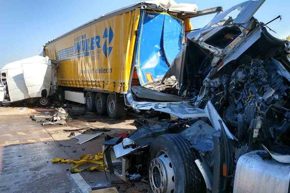 Vier Menschen wurden bei dem Unfall verletzt.