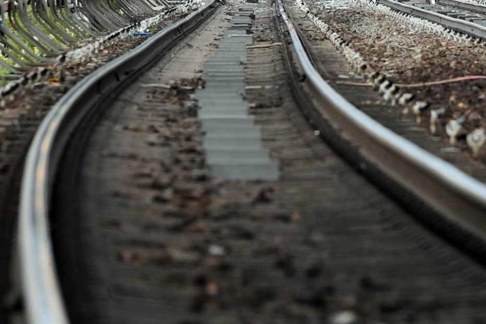 Gefährlicher Fußmarsch: Weil ein 15-Jähriger bei Lauda-Königshofen entlang der Bahngleise marschierte, musste ein Lokführer voll bremsen. (Symbolfoto)