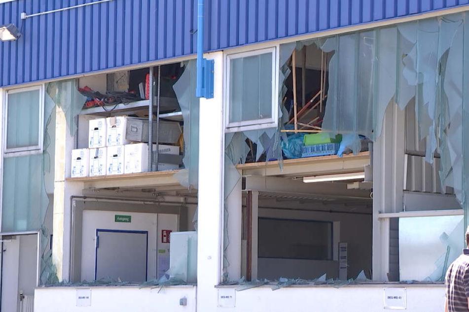 Schäden sind nach der Sprengung einer Fliegerbombe an einem Gebäude in Regensburg zu sehen.