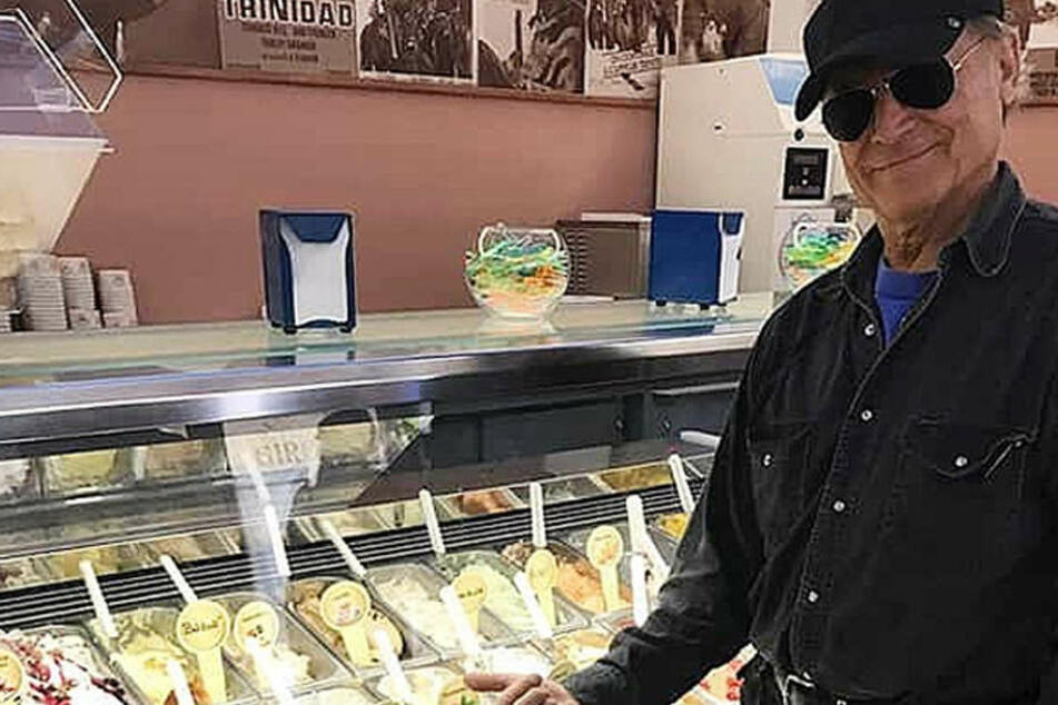 Terence Hill in seiner Gelateria in Italien.