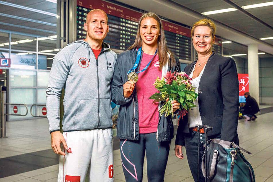 """""""U 23""""-Vize-Weltmeisterin Saša Planinsec (M.) wurde am Dresdner Flughafen von DSC-Geschäftsführerin Sandra Zimmermann und Athletiktrainer Goran Mladenic empfangen."""