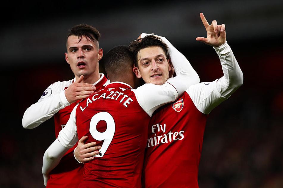Sieht sich auch beim FC Arsenal London Kritik ausgesetzt: Mesut Özil (r.).
