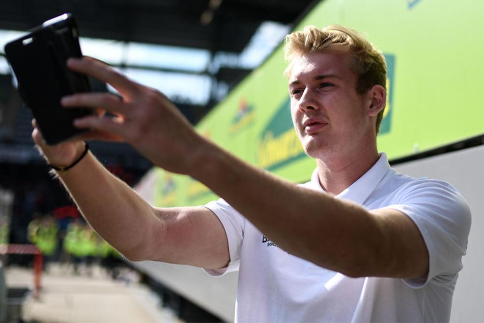 """""""Hasst"""" soziale Plattformen, doch zückt immer wieder das Smartphone für ein Selfie: Fußball-Profi Julian Brandt (22)"""