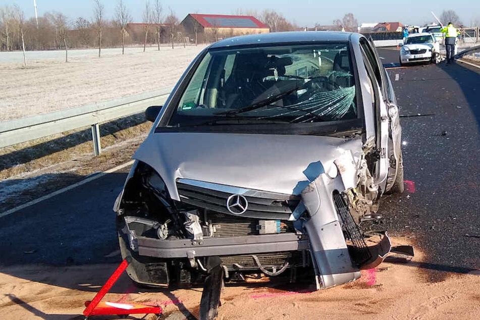 Skoda und Mercedes krachen zusammen: Straße komplett gesperrt