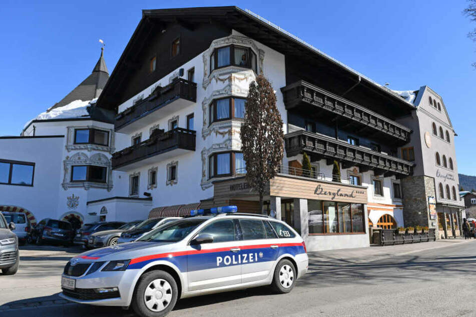 Ein Polizeifahrzeug vor dem Mannschaftshotel der Österreichischen Langläufer.