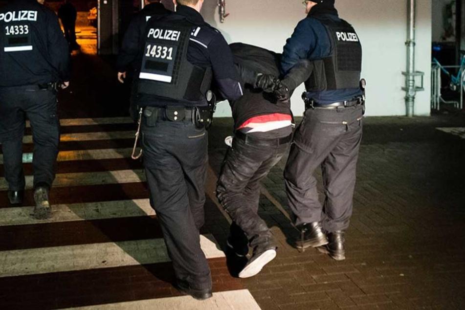 Die Betrüger wurden von der Polizei festgenommen (Symbolbild).