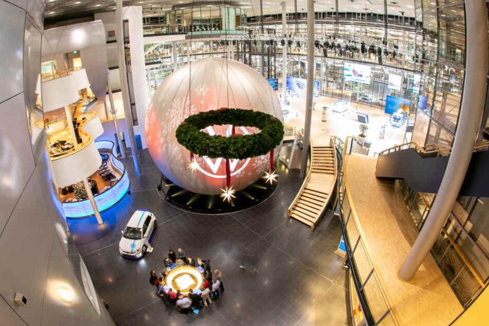 Für die schöne neue Digitalwelt bespielt VW in seiner Gläsernen Manufaktur die Nachbildung des Dresdner Kugelhauses neu.