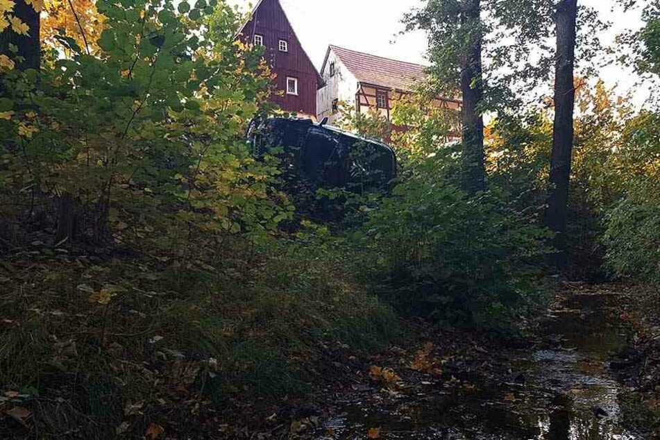 Der Audi stürzte einen Abhang runter.