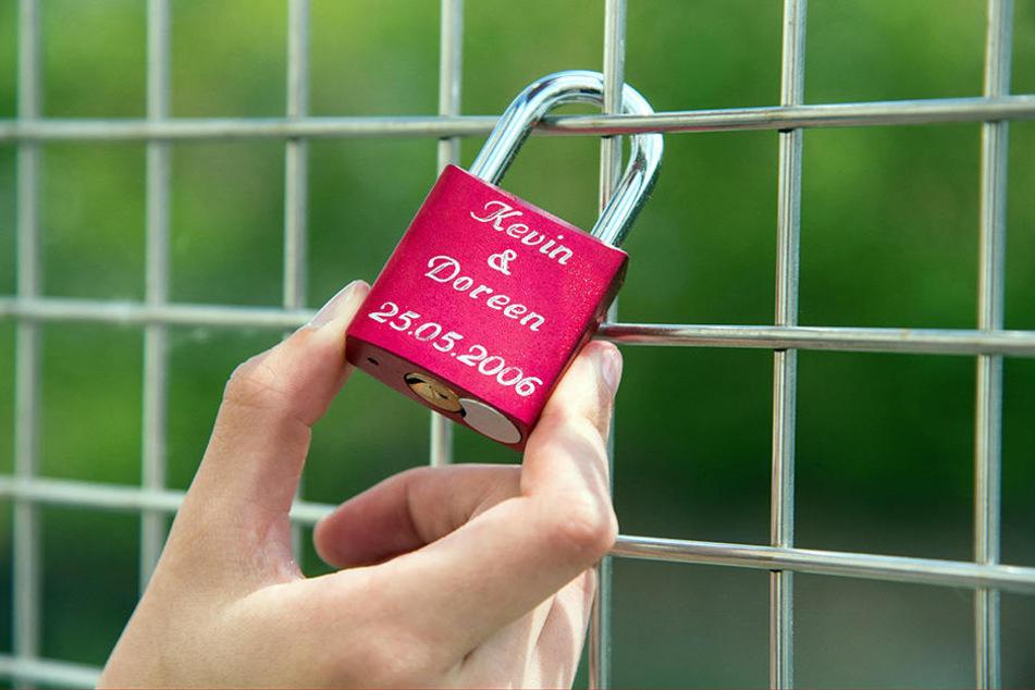 Alte Liebe rostet nicht - oder etwa doch? Ende Juli werden die Liebesschlösser von der Sonnenbrücke entfernt. Wer den Schlüssel noch hat, kann ans neue Herz umziehen.