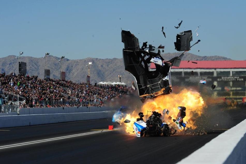 Kurz nach dem Start explodierte das Auto von John Force.
