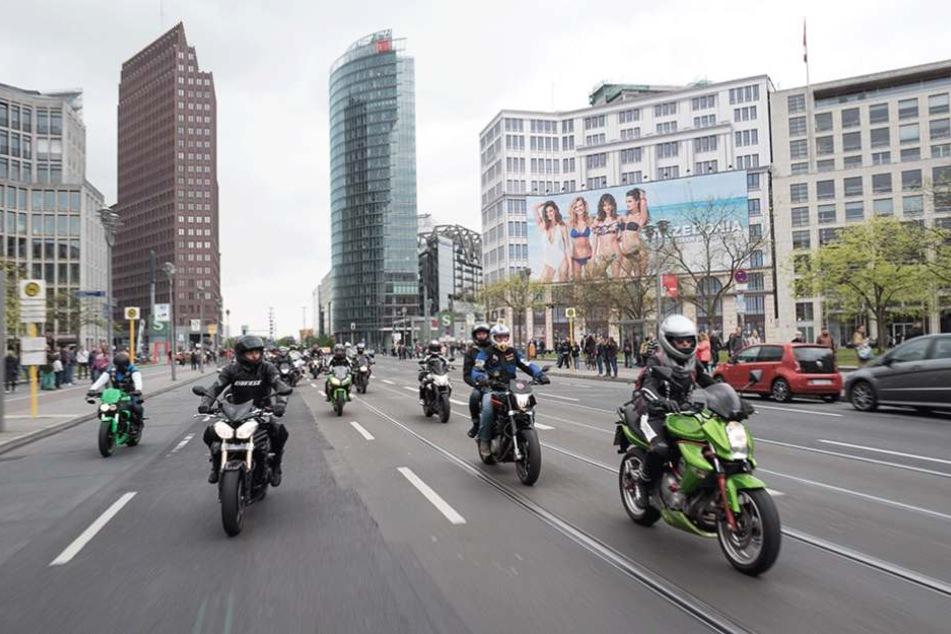 Die Bikerdemo führte auch über den Potsdamer Platz und die Leipziger Straße.