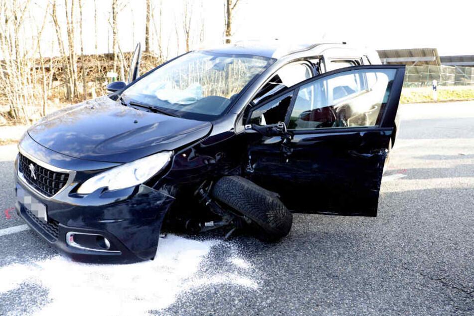 Der Fahrer des Peugeots musste von der Feuerwehr aus seinem Auto herausgeschnitten werden.