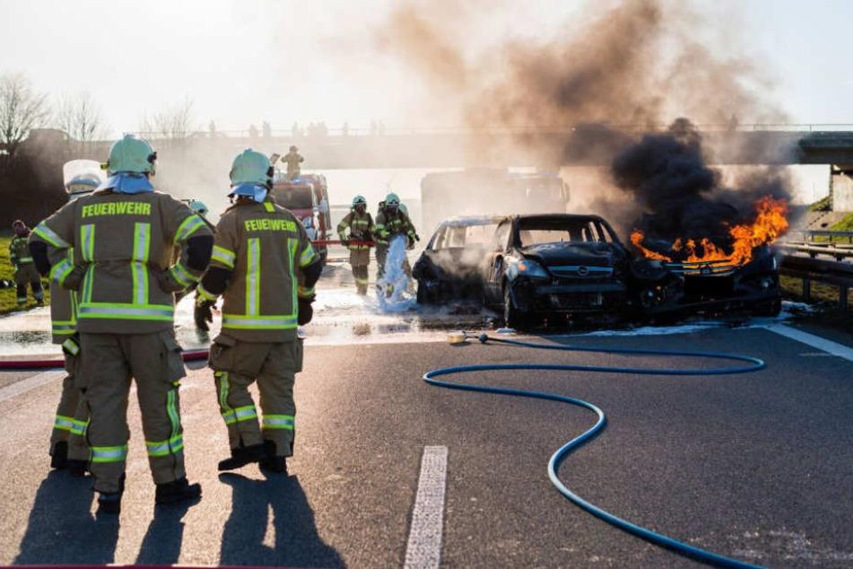 Drei Fahrzeuge standen auf der A4 kurz vor Pulsnitz in Flammen.