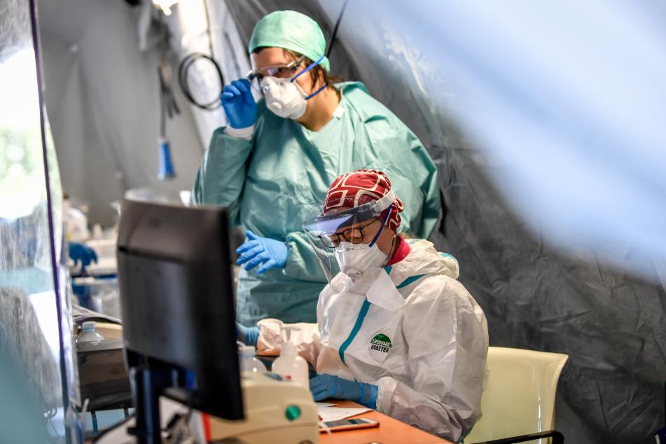 Medizinisches Personal in einem Notfallzelt in Italien.
