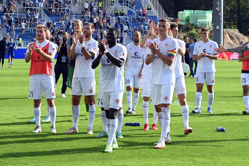 Zufriedene Gesichter beim FC St. Pauli nach dem 3:1-Auswärtssieg gegen den Karlsruher SC.