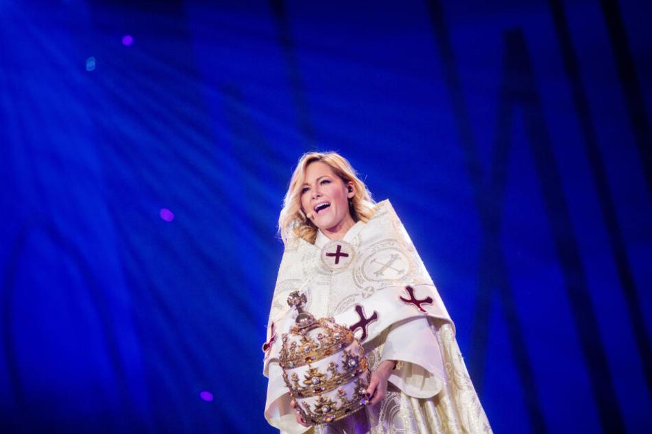 """In einem mächtigen Gewand steht Schlagerstar Helene Fischer während der """"Helene Fischer-Show"""" auf der Bühne."""