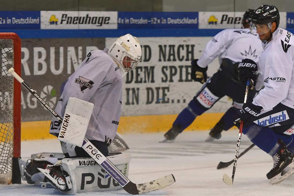 Alexander Höller (2.v.l.) war richtig heiß, seinen Goalie Sebastian Stefaniszin zu verladen.