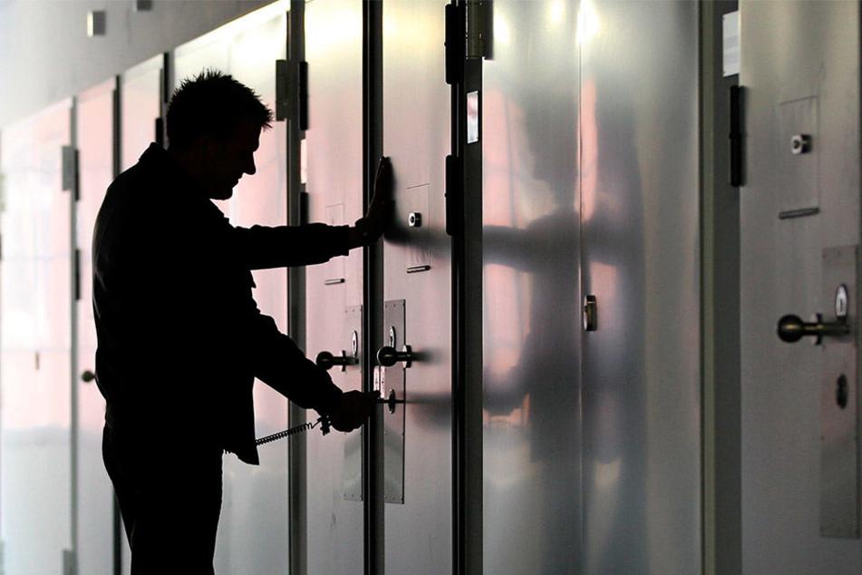 Die Beschäftigten in Sachsens Gefängnissen schieben jede Menge Überstunden vor sich her.