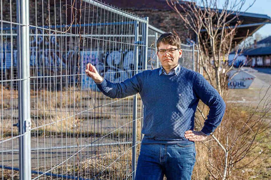 """Edwin Seifert (45) und seine Mitstreiter von der """"Allianz für Dresden"""" haben erreicht, dass Globus nun auch den alten Lokschuppen mit einem Schutzdach versehen hat."""