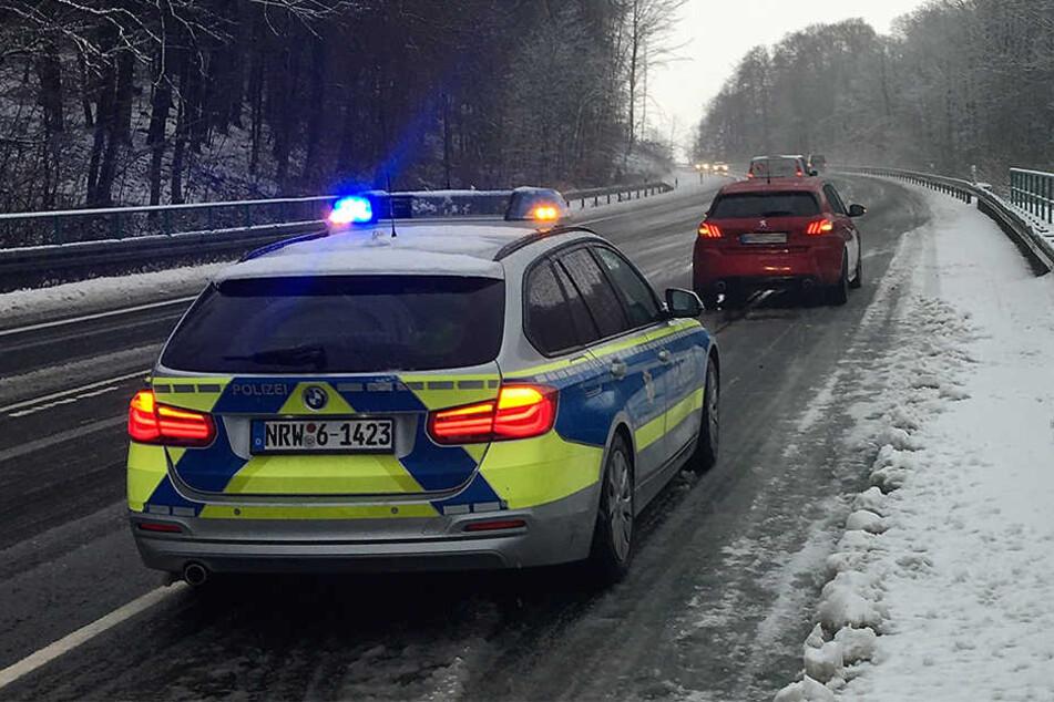 Auf der B68 bei Grundsteinheim ging zeitweise wegen querstehender Lastwagen nichts mehr. Erst ab 10 Uhr lief der Verkehr wieder störungsfrei, nachdem das mit Sommerreifen liegengebliebene Auto abgeschleppt worden war.