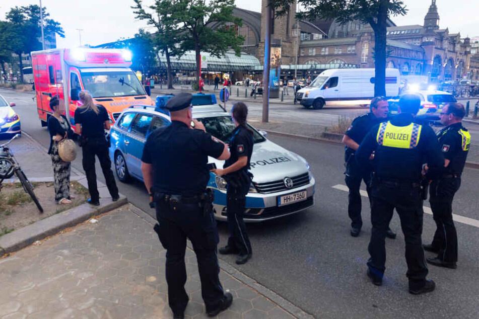 Polizisten und Rettungsdienst sind am Hauptbahnhof in Hamburg im Einsatz.