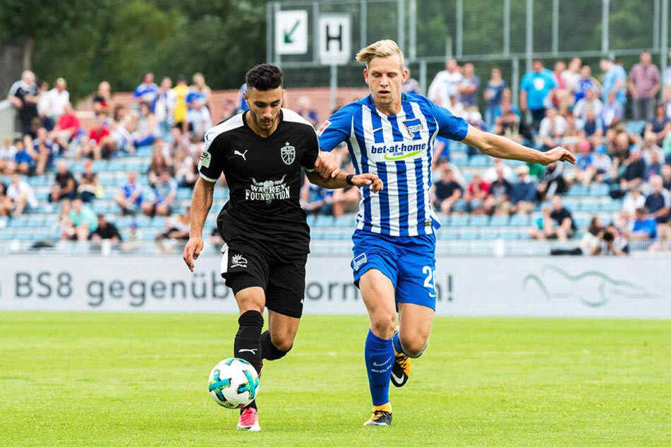 Hertha gewann auch gegen Jena mit 2:0. Hier Davud Turma (l.) gegen Arne Maier.