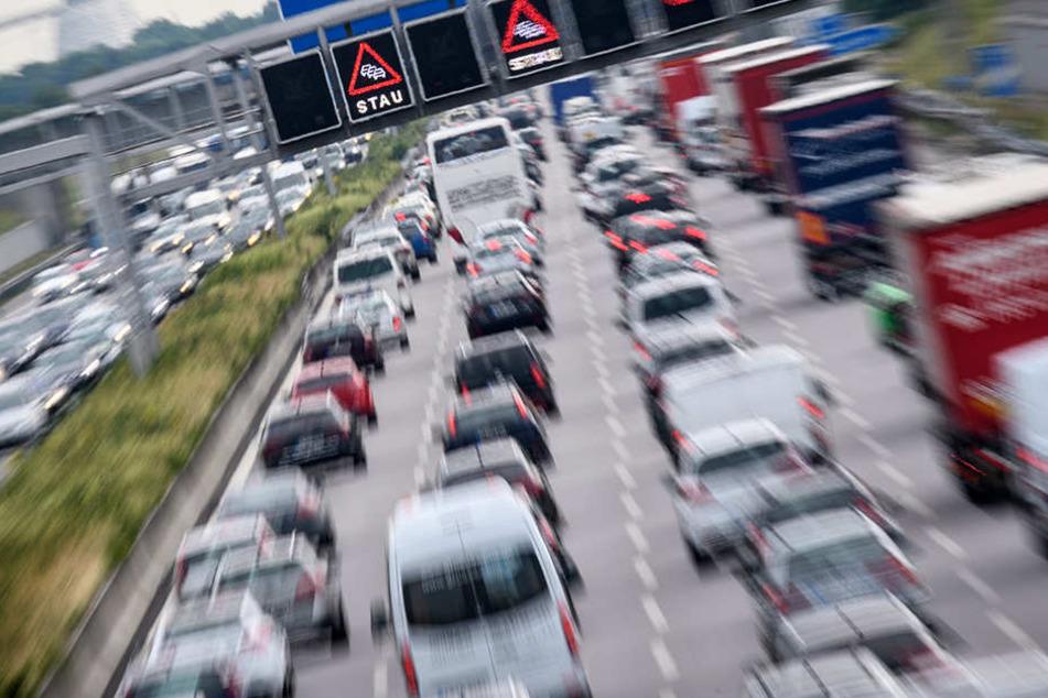 Auf bis zu vier Kilometern standen die Autofahrer wegen einer Ölspur im Stau. (Symbolbild)