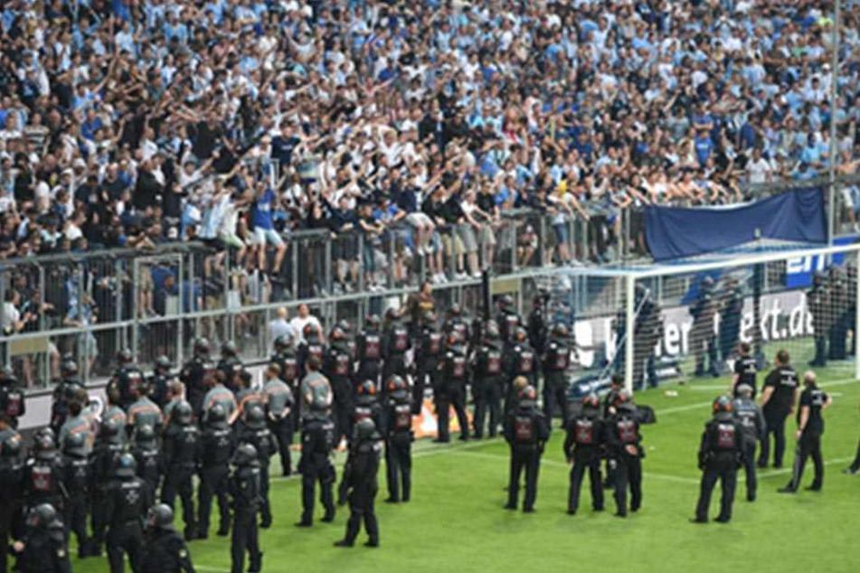 Polizisten stürmten das Spielfeld, weil Fans mit Gegenständen warfen.