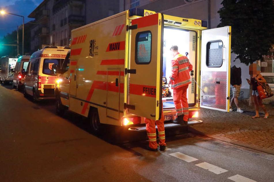 Die unbekannten Täter verletzten den 17-jährigen Jugendlichen vermutlich mit einem Messer am Bauch. (Symbolbild)