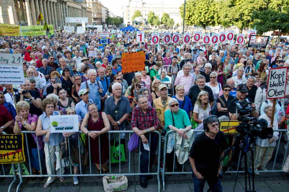 Gegner des Bahnprojekts Stuttgart 21 demonstrieren bei der 333. Montagsdemo auf dem Schlossplatz in Stuttgart. (Archivbild)