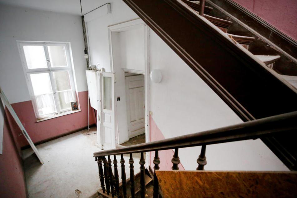 Das Foto zeigt den Hausflur einer leergezogenen Problemimmobilie.
